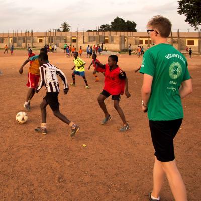 Voluntario practicando con sus jugadores.